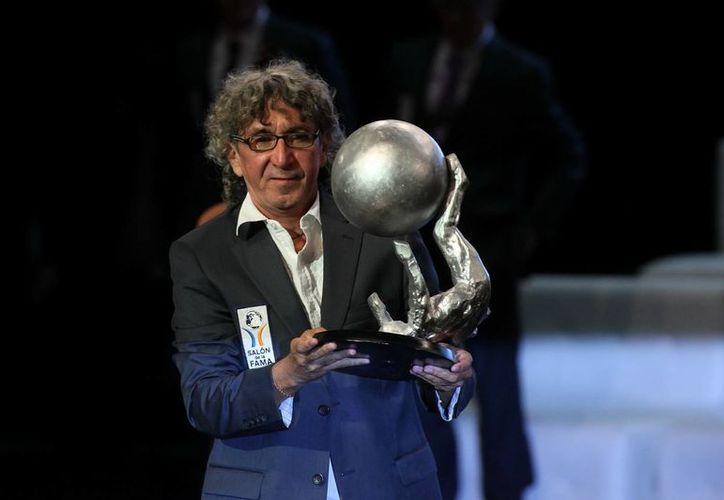 El exjugador salvadoreño Jorge 'Mágico' González al recibir su reconocimiento. (EFE)