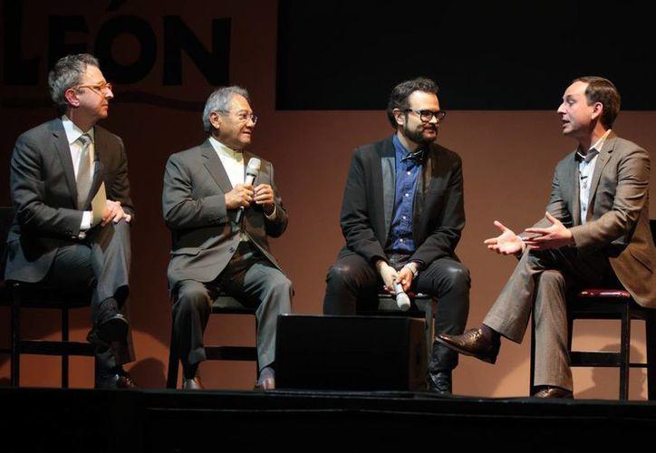 El presidente y productor de Disney Theatrical Group, Felipe Gamba, acompañado del director de Disney Theatrical Group, Thomas Schumacher, y los músicos y cantautores, Armando Manzanero y Aleks Syntek (centro), durante la presentación a los medios de comunicación de la puesta en escena 'El Rey León'. (Notimex)