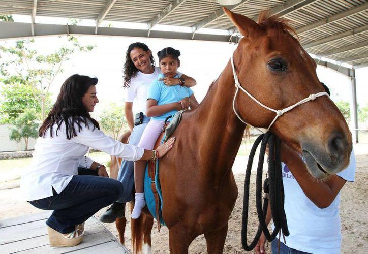 La titular del DIF Yucatán, Sarita Blancarte, presenció cómo es la rehabilitación mediante la equinoterapia. (Cortesía)