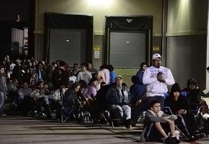 Algunos compradores hicieron filas afuera de las tiendas la noche anterior. (Foto: Critica.com.pa)