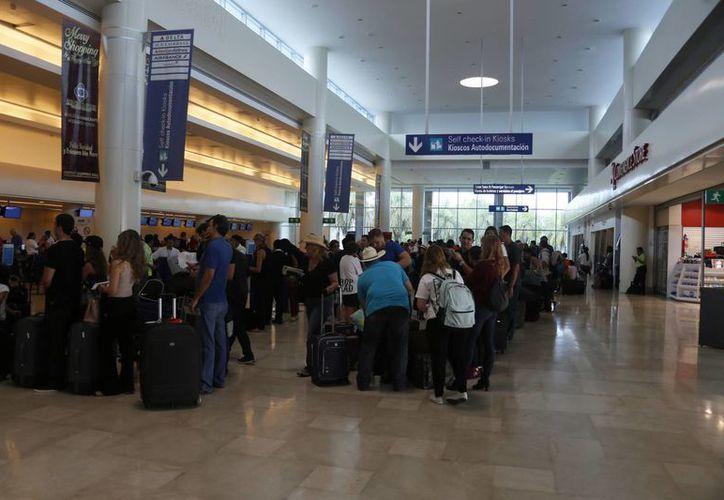 Líneas aéreas ofrecen los vuelos económicos hacia Cancún. (Israel Leal/SIPSE)