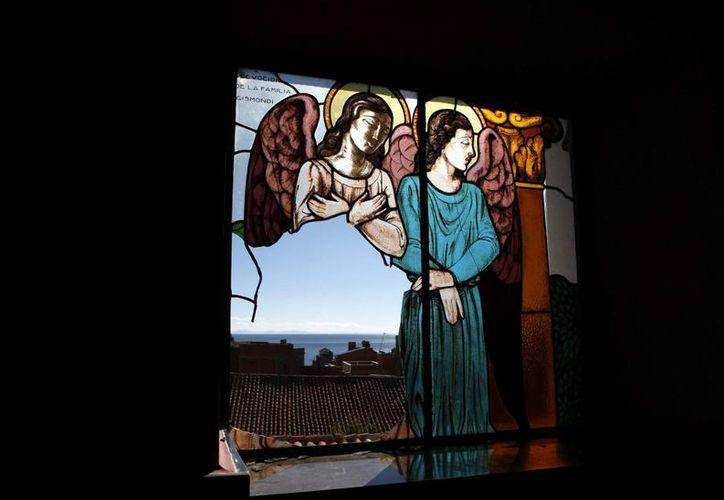 Ventana rota en la Basílica de Nuestra Señora de Copacabana, en Bolivia, país de donde fueron robadas pinturas coloniales. (Foto: AP)