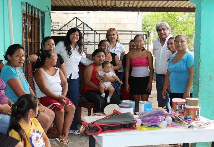 Entregan a mujeres materiales para los talleres. (Raúl Balam/SIPSE)