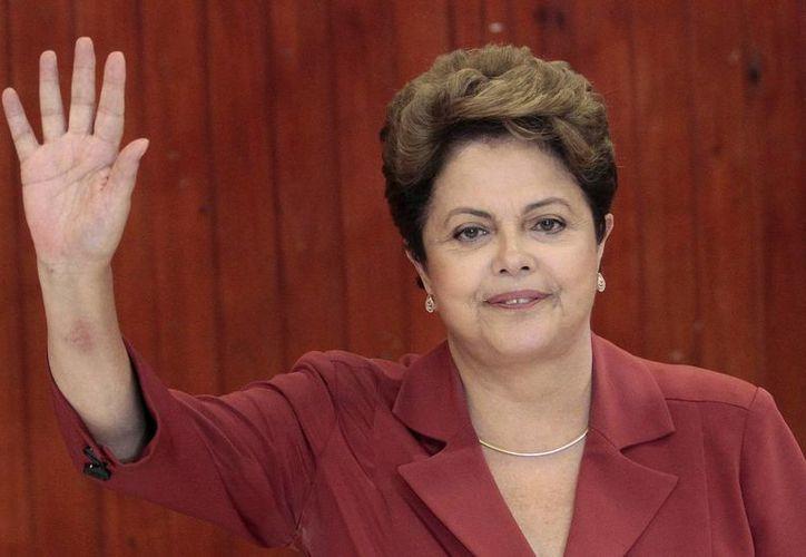 La presidenta de Brasil, Dilma Rousseff, habla en una conferencia de prensa en el palacio presidencial de Brasilia sobre el escándalo de sobornos en Petrobras. (Agencias)