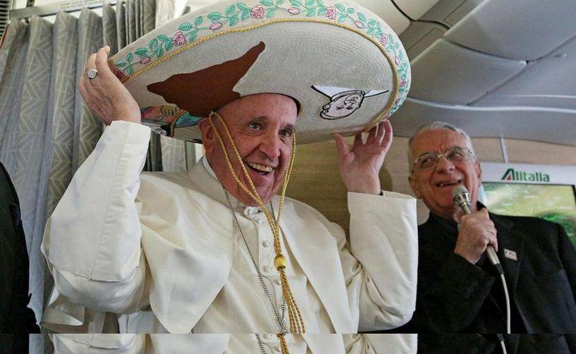 El Papa Francisco posó con un sombrero mexicano a bordo del avión que le llevará desde el aeropuerto Leonardo Da Vinci-Fiumicino de Roma, Italia hasta la Habana, Cuba, y luego a México. (EFE)