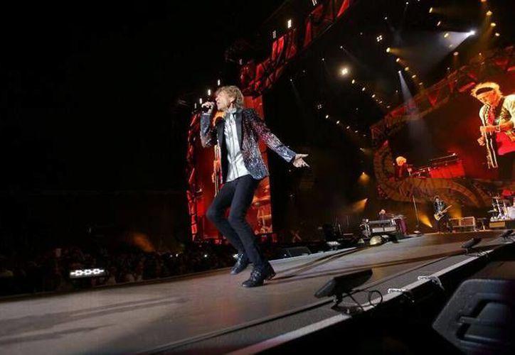 Mick Jagger prende a las más de 50 mil almas roqueras que presenciaron el concierto de los Rolling Stones en Santiago de Chile. (Facebook: The Rolling Stones)