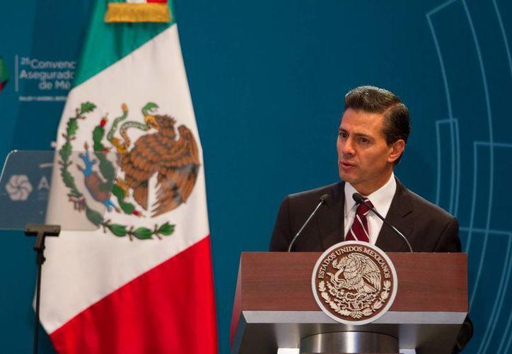 El presidente Enrique Peña Nieto encabezó la 25 Convención Aseguradores de México, donde reconoció que hace falta fortalecer la cultura de la prevención en México, como herramienta para fortalecer la solidez de la economía nacional. (Notimex)