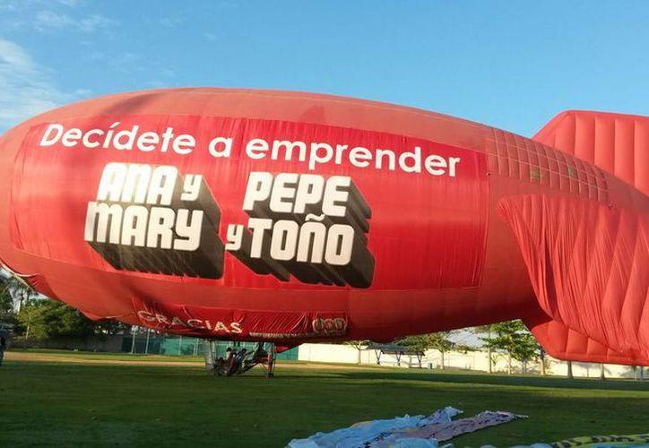 Imagen del despegue del dirigible  al mando del capitán Javier Merino desde el campo de la Universidad Modelo. (Ana Hernández/SIPSE)