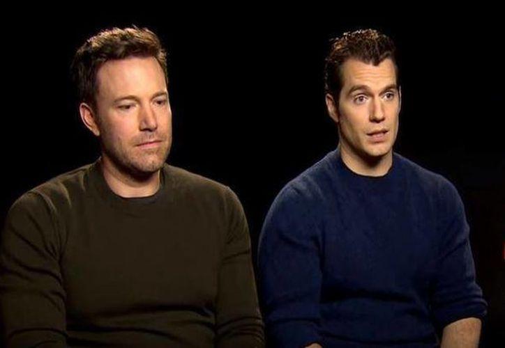 Ben Affleck y Henry Cavill durante una entrevista que se volvió viral por la expresión tries de Affleck tras las criticas recibidas por la cinta 'Batman vs Superman', donde el interpretó al 'Hombre Murciélago'. (Captura de pantalla/ Yahoo)