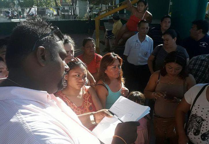 El subdelegado de la población, Víctor Angioni tuvo una reunión con los afectados. (Gloria Poot/SIPSE)