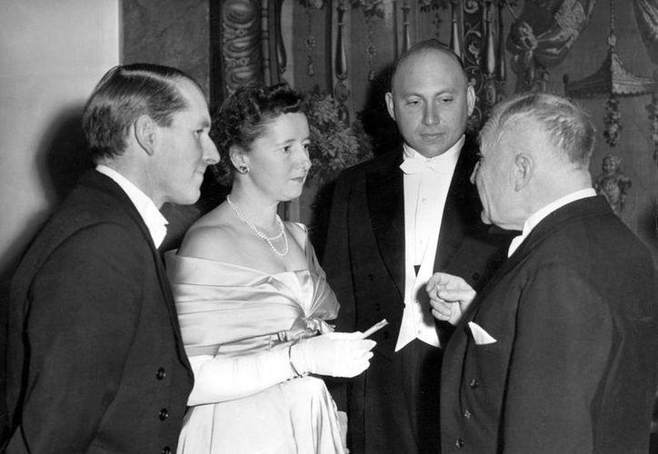 Frederick Sanger (primero de la izq.) falleció ayer a los 95 años. En la imagen, del lado derecho, aparecen esposa, Margaret Joan Howe, el profesor Joshua Lederberg (Nobel Medicina) y el profesor Igor Tamm (Nobel Física),  el 10 de diciembre de 1958, antes de la ceremonia de entrega del premio. (Efe/Archivo)