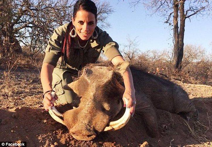 Sabrina Corgatelli posa junto a los  animales muertos. Para justificarse publicó en las redes sociales una referencia bíblica del Génesis 9:3. (RT)