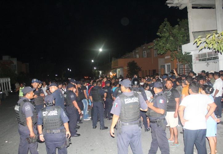 Los vecinos de Villas del Sol acorralaron a los agentes ministeriales. (Redacción/SIPSE)