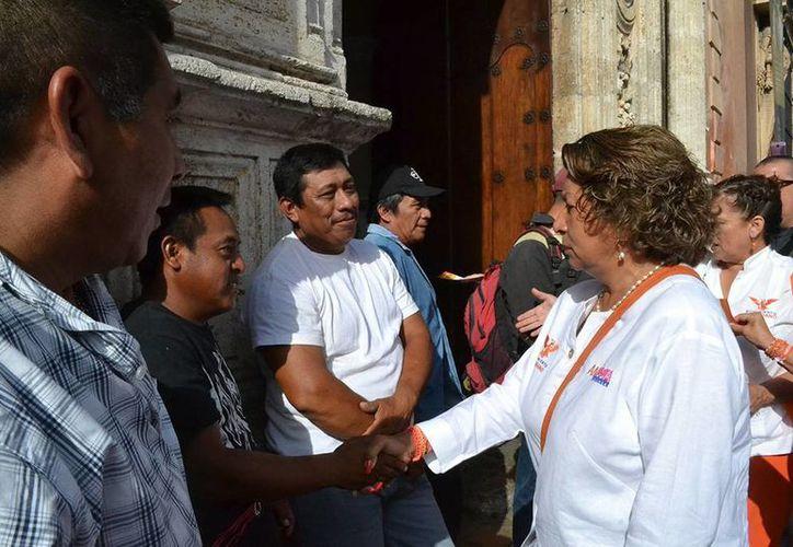 Ana Rosa Payán, candidata de Movimiento Ciudadano a la alcaldía de Mérida, durante su recorrido por el centro histórico. (SIPSE)