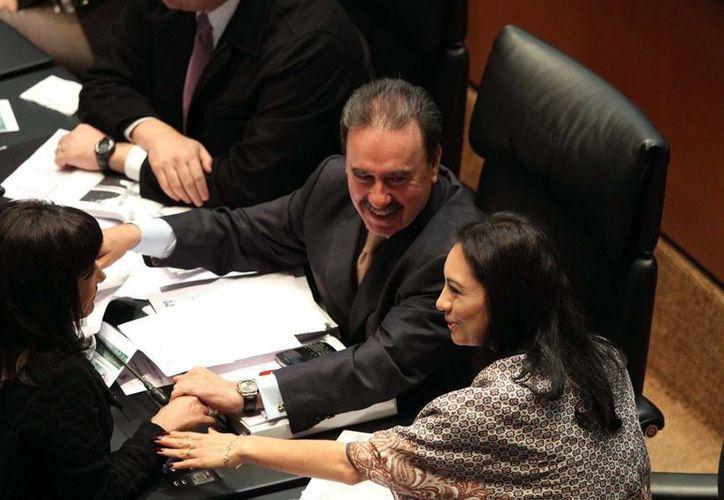 Los senadores Emilio Gamboa y Mely Romero, durante la sesión en la Cámara de Senadores. (Notimex)