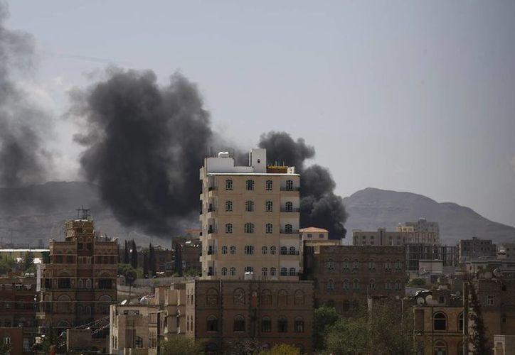 Chiíes rebeldes, conocidos como hawthis, tomaron el control de una base militar clave y la Universidad Imán en Saná, capital de Yemen, que aparece en la gráfica. (Foto: AP)