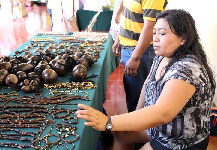 Imagen de una vendedora de artesanía local en el centro de Mérida. (Milenio Novedades)