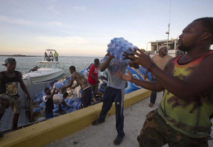 Más de nueve mil familias damnificadas recibieron por fin ayuda humanitaria tras el devastador paso del huracán 'Matthew'. (Archivo/The Associated Press)