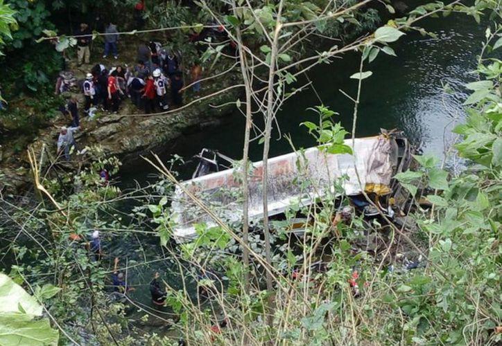 El exceso de velocidad es la posible causa del accidente registrado la mañana de este domingo en Atoyac, Veracruz. (Notimex)