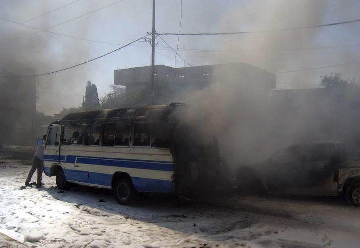 Autobús en llamas tras una explosión de un coche bomba en la provincia de Kirkuk, al norte de Irak. (EFE)