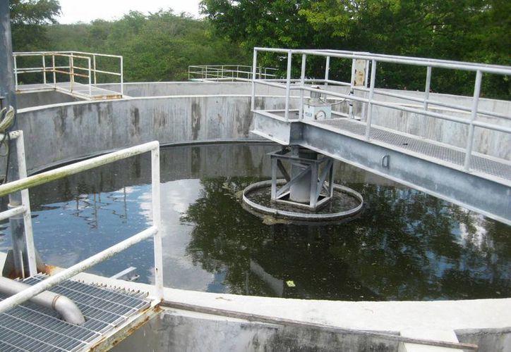 Las aguas negras pasan a un proceso químico dividido en varias etapas. (Javier Ortiz/SIPSE)