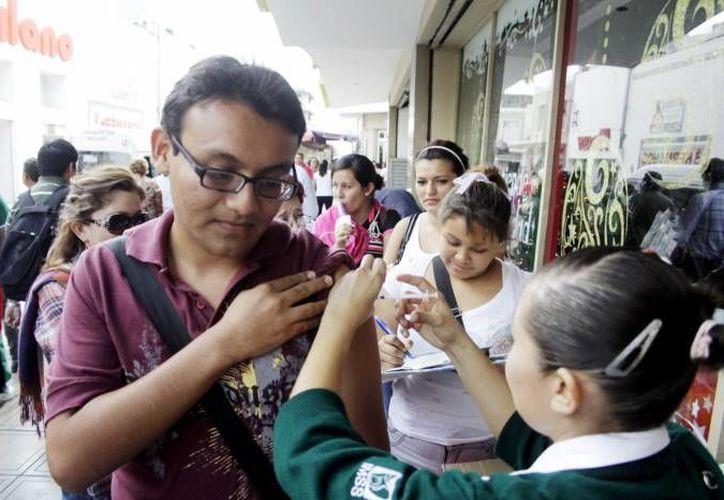 Brigadistas recorren las calles del centro para aplicar las vacunas. (Milenio Novedades)