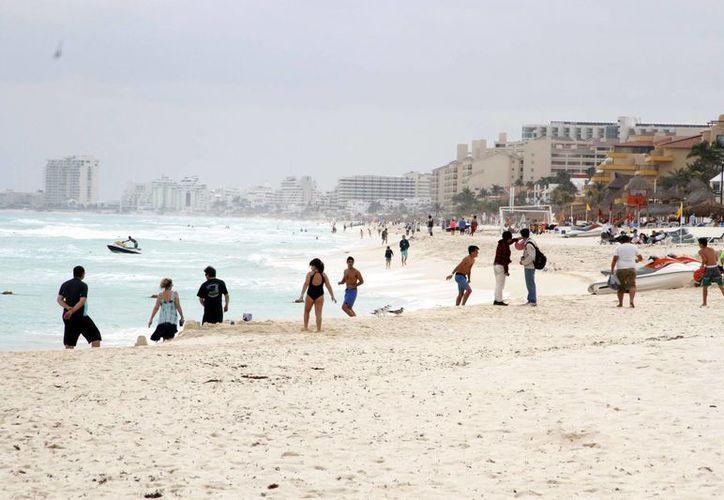Las condiciones climáticas han alejado a los bañistas de las playas de Cancún. (Tomás Álvarez/SIPSE)