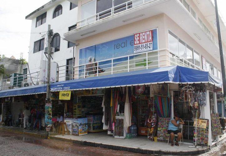 Los aguaceros afectaron las ventas de los comerciantes de Quinta Avenida. (Loana Segovia/SIPSE)