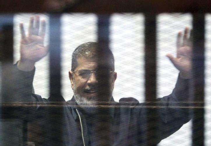 Imagen del depuesto presidente egipcio Mohamed Mursi al asistir a su juicio en el Cairo, Egipto, el pasado mes de abril. (EFE/Archivo)