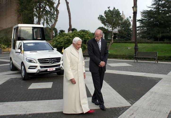 El Papa Benedicto XVI junto con el directivo de Mercedes Benz, Dieter Zetsche, dan la espalda al nuevo Papamóvil. (Agencias)