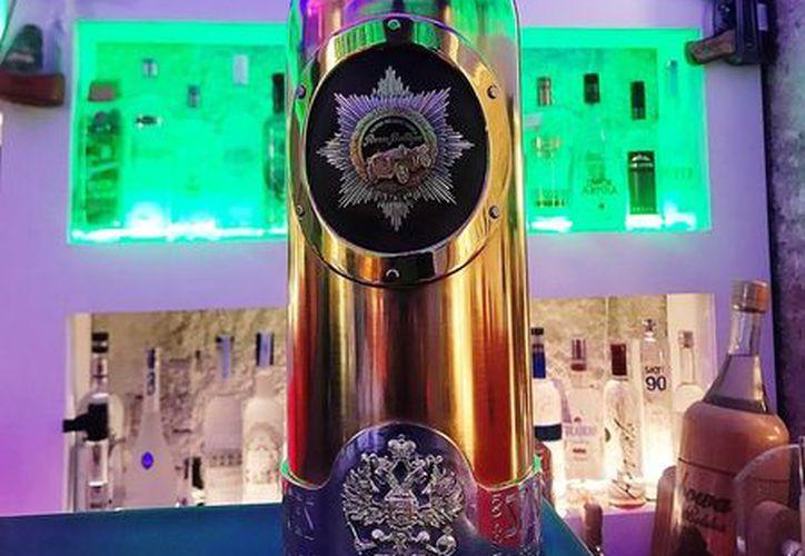 La botella de vodka Russo-Baltique está hecha de 3 kilos de oro y plata y un tapón engarzado con diamantes. (Foto: San Diego Red)