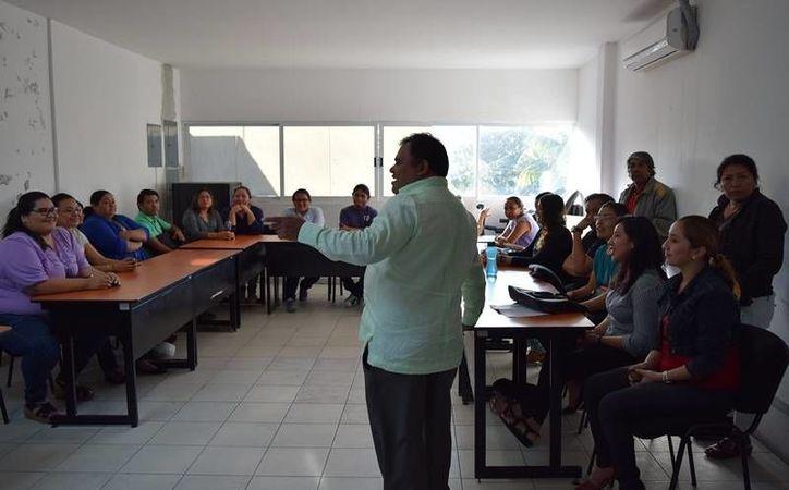 Acudieron a las oficinas de la representación de la SEyC, para exigir el pago. (Foto: Gustavo Villegas)