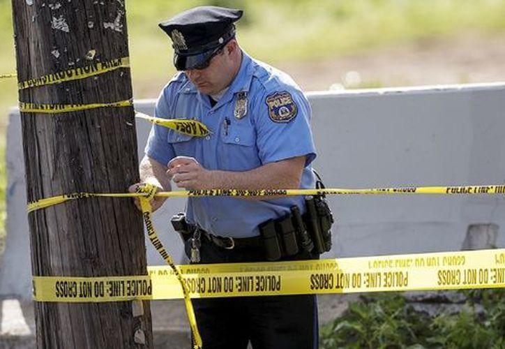 Agentes de seguridad llaman a las personas a no acercarse al lugar. (Foto: Reuters)