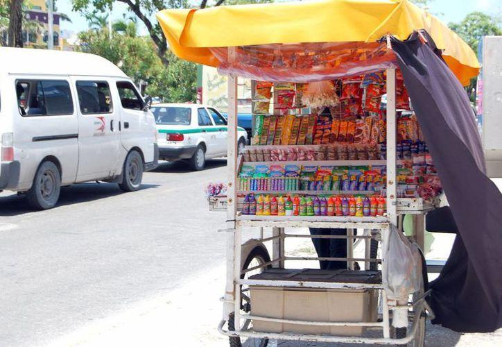 Algunos vendedores optan por no sacar el permiso, pues no les garantiza estar exentos de ese tipo de extorsiones.(Tomás Álvarez/SIPSE)