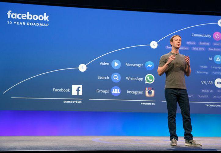 Facebook y su fundados enfrentar críticas por el uso de la información de sus usuarios. (Facebook)
