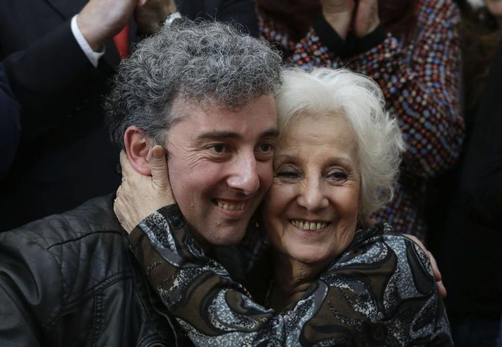 Estela de Carlotto abraza a su nieto Ignacio Hurban en la sede de las Abuelas de la Plaza de Mayo, el viernes 8 de agosto de 2014 en Buenos Aires, Argentina. (AP foto/Natacha Pisarenko)