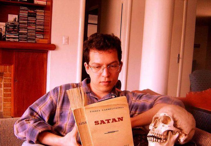 Luis Eduardo Alcocer Guerrero presentará este 7 de mayo su libro 'Florilegio de teatro psicotrónico', en la biblioteca Manuel Cepeda Peraza. (Cortesía)