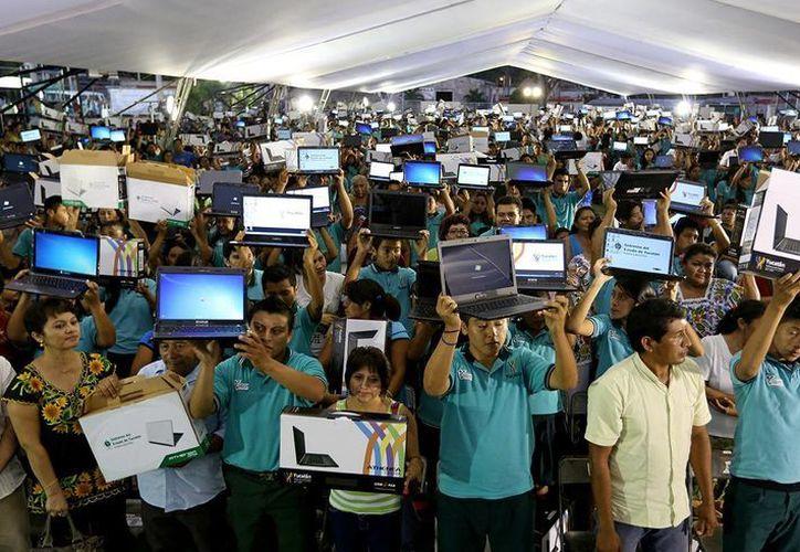 Los estudiantes beneficiados con laptops provienen de los municipios de Oxkutzcab, Tahdziú, Tekax, Akil, Teabo, Tixméhuac, Peto, Tzucacab y Chacsinkín. (Cortesía)