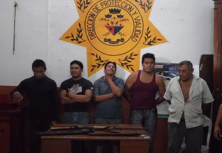 """Carlos Canul Chan (derecha), con sus tres hijos y un sobrino, detenidos por """"invadir"""" un rancho familiar. (Milenio Novedades)"""