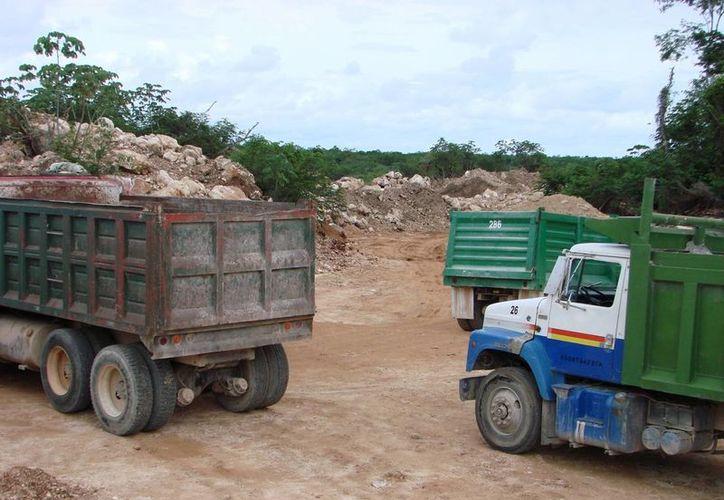 Los trabajos de construcción que se llevan a cabo en el libramiento de Felipe Carrillo Puerto fueron la razón del desacuerdo entre los sindicatos de transportistas de materiales. (Manuel Salazar/SIPSE)