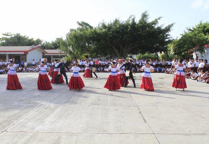 Presentaron bailables folclóricos para conmemorar el día. (Sergio Orozco/SIPSE)