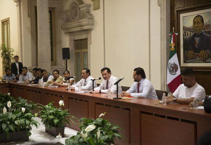 Imagen de la reunión que mantuvo en días pasados el secretario de Gobernación, Miguel Ángel Osorio Chong, con dirigentes del SNTE y de la CNTE. (Notimex)