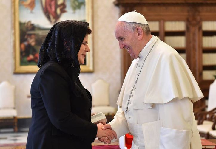 El Vaticano apagó las expectativas generadas por los comentario del Papa Francisco sobre el papel de las mujeres en la Iglesia. En la imagen, el Pontífice saluda Beata Szydlo, primera ministra polaca. (AP)