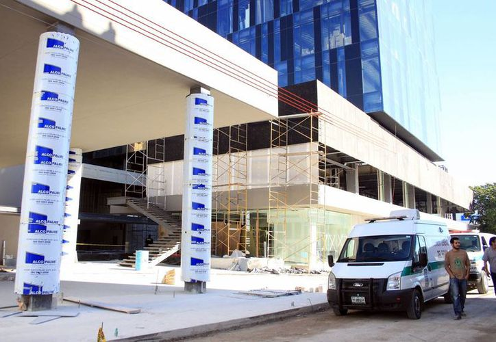 El trabajador cayó desde una altura de 10 metros de una obra en construcción. Servicios Periciales llegaron al lugar a efectuar el levantamiento del cadáver. (Milenio Novedades)