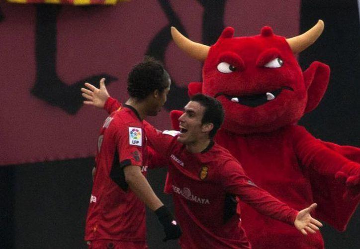 El delantero mexicano del Mallorca, Giovani Dos Santos (i) celebra con su compañero, Alejandro Alfaro el gol marcado ante el Getafe. (EFE)