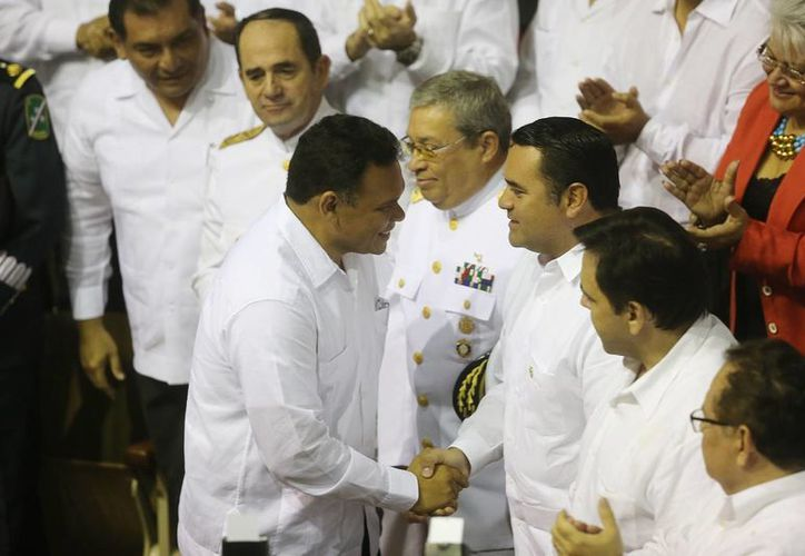 El gobernador de Yucatán, Rolando Zapata Bello, y el alcalde de Mérida, Renán Barrera Concha, se saluda durante el informe del primero, el domingo. (Luis Pérez/SIPSE)