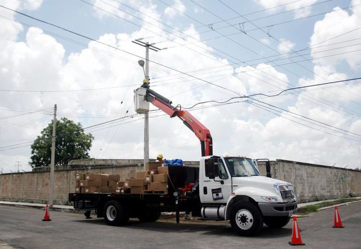 Hace aproximadamente un mes el Ayuntamiento comenzó la sustitución de luminarias. (Christian Ayala/SIPSE)