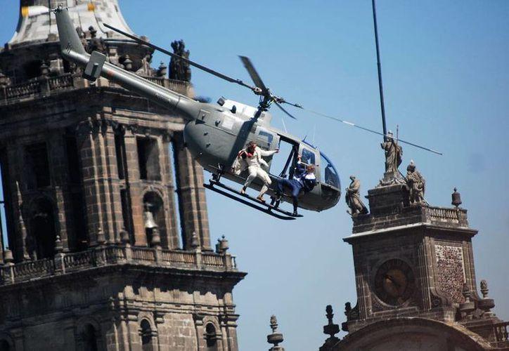 El tema central de la nueva entrega de James Bond, Spectre, se estrenó este viernes. La imagen corresponde a la filmación de una escena de la cinta, y está utilizada solo como contexto. (AP)