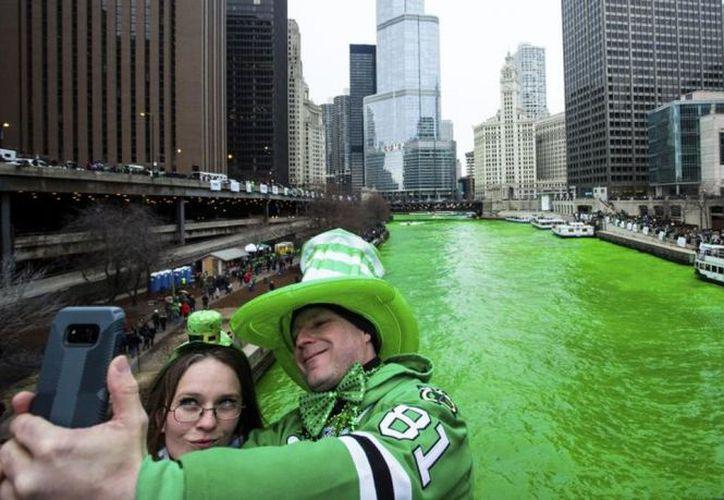 Con motivo del Día de San Patricio se hacen desfiles en varias partes del mundo en donde el color predominante es el verde; en la imagen, el río Chicago. (AP)