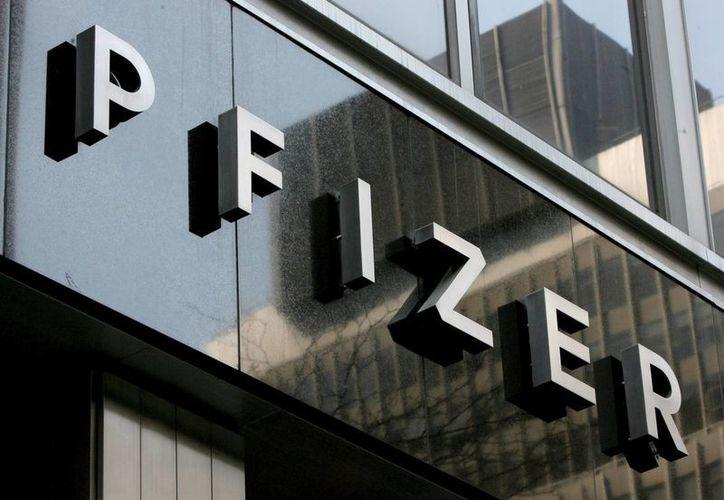 Foto de archivo del logo de la empresa estadounidense Pfizer en la sede mundial de la compañía en Nueva York, la cual dio a conocer el acuerdo para adquirir Medivation. (Archivo/EFE)